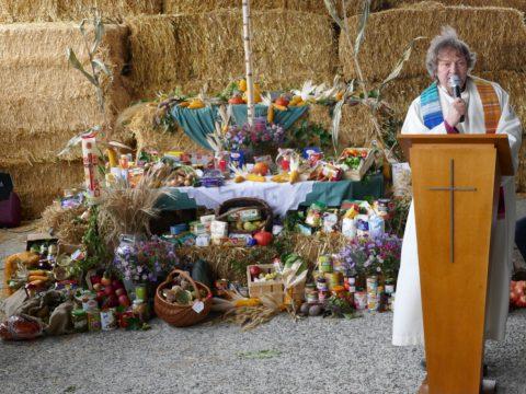 Erntedank Altar mit Erntegaben
